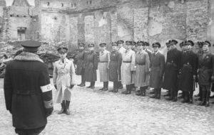 Szeryński (stojący tyłem) odbiera meldunek Jakuba Lejkina, maj 1941
