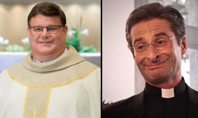 Po lewej ks. Gregory Greiten, po prawej ks. Krzysztof Charamsa / Fot. Youtube