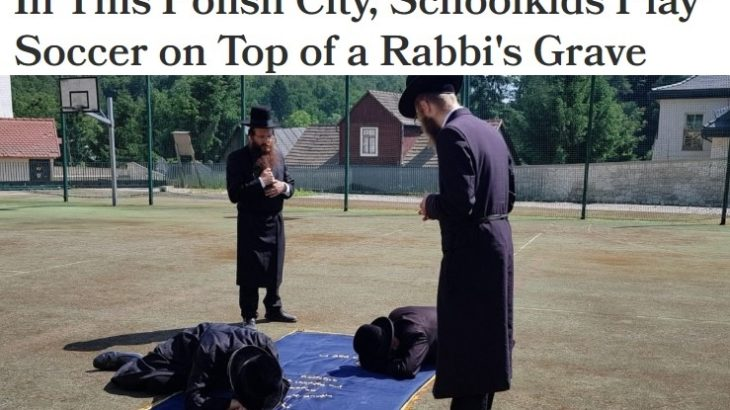 Żydzi kładą się na boisku szkolnym w Kazimierzu Dolnym. Pod spodem - jak twierdzą - są szczątki ich Rebbe
